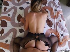 Delicia de ninfeta de lingerie sexy fazendo pornô