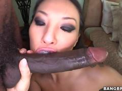 japonesa safada chupando um pau preto