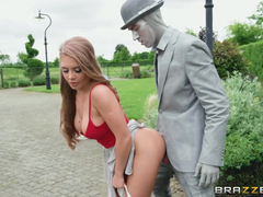 Enfiando o pau do homem estátua na xoxota