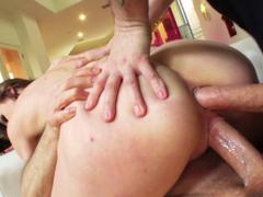 Dupla penetração na bunda e no cu da loira sedenta por sexo